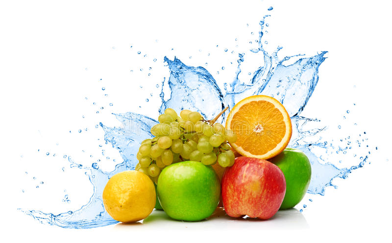 Mezcla de la fruta en chapoteo del agua foto de archivo