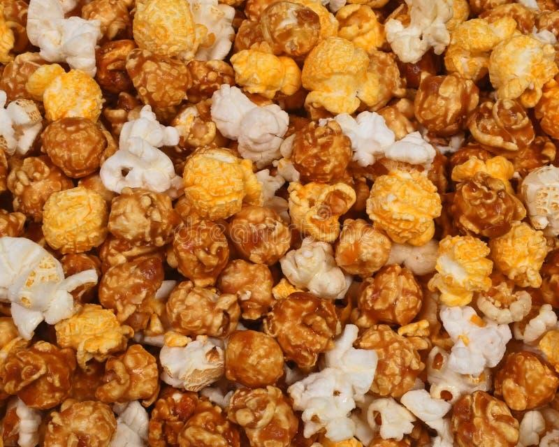 Mezcla de las palomitas del queso del caramelo y del maíz de la caldera fotografía de archivo