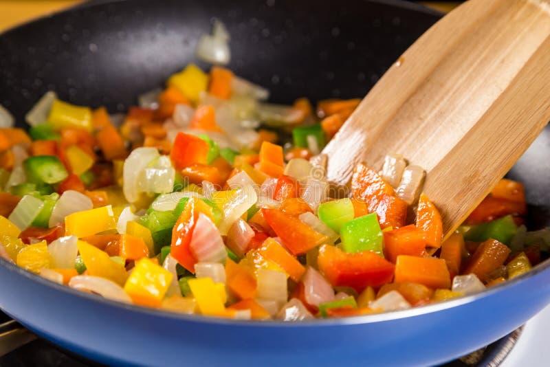 Mezcla de las verduras coloridas cortadas en el sartén imagen de archivo libre de regalías