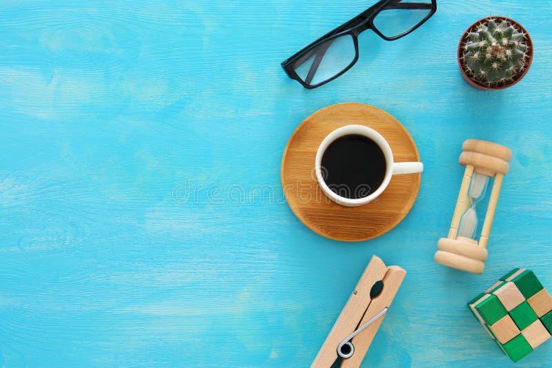 Mezcla de materiales de oficina y de artilugios en un fondo de madera azul de la tabla Visión superior fotos de archivo libres de regalías