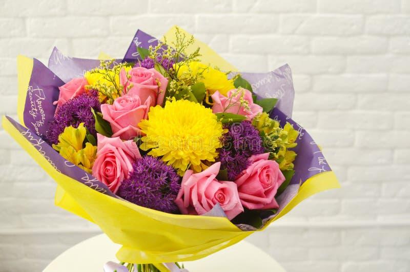 Mezcla de ramo de las flores del verano para el cumpleaños foto de archivo libre de regalías