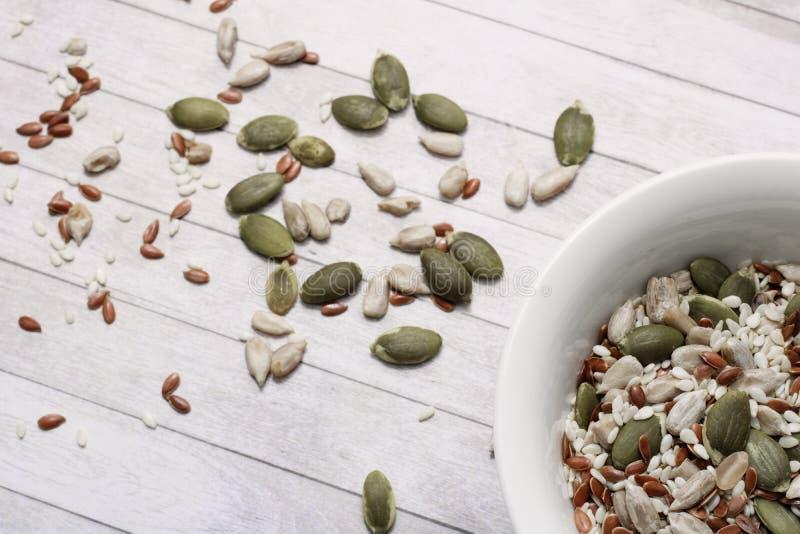 Mezcla de semillas de girasol, sésamo, calabaza, lino de Veatherian para la ensalada, comida sana, comida sana, proteína imagen de archivo