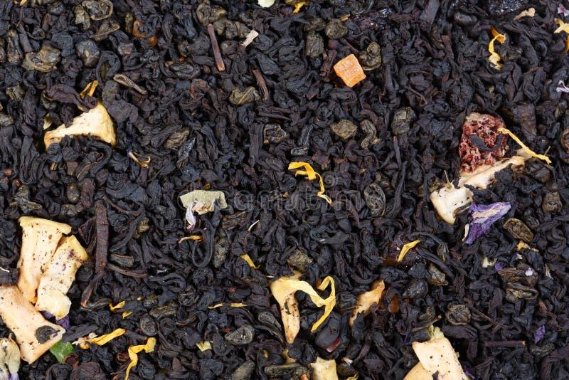 Mezcla de té negro de la pólvora del té y del verde de Ceilán con el additio fotos de archivo