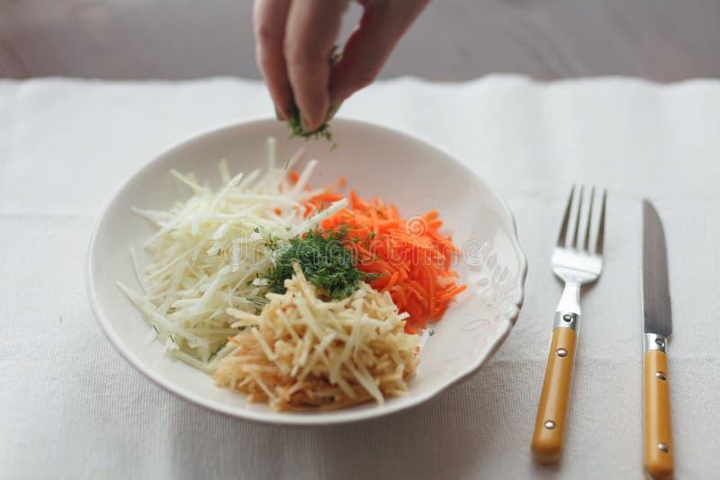 Mezcla de verduras ralladas en la placa blanca fotos de archivo
