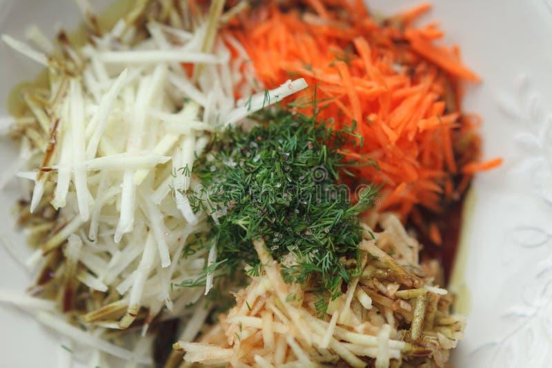 Mezcla de verduras ralladas en la placa blanca fotografía de archivo