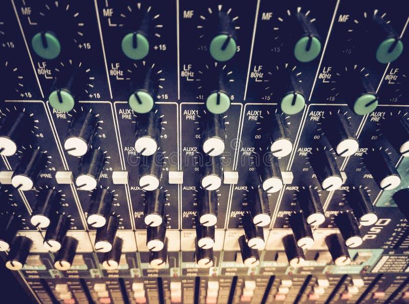 Mezcla del equalizador de los sonidos Equipo profesional del estudio para la mezcla sana fotos de archivo libres de regalías