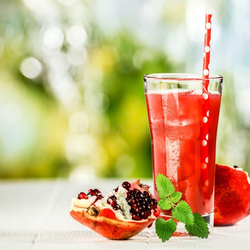 Mezcla del zumo de fruta de la granada y de la hierbabuena foto de archivo libre de regalías