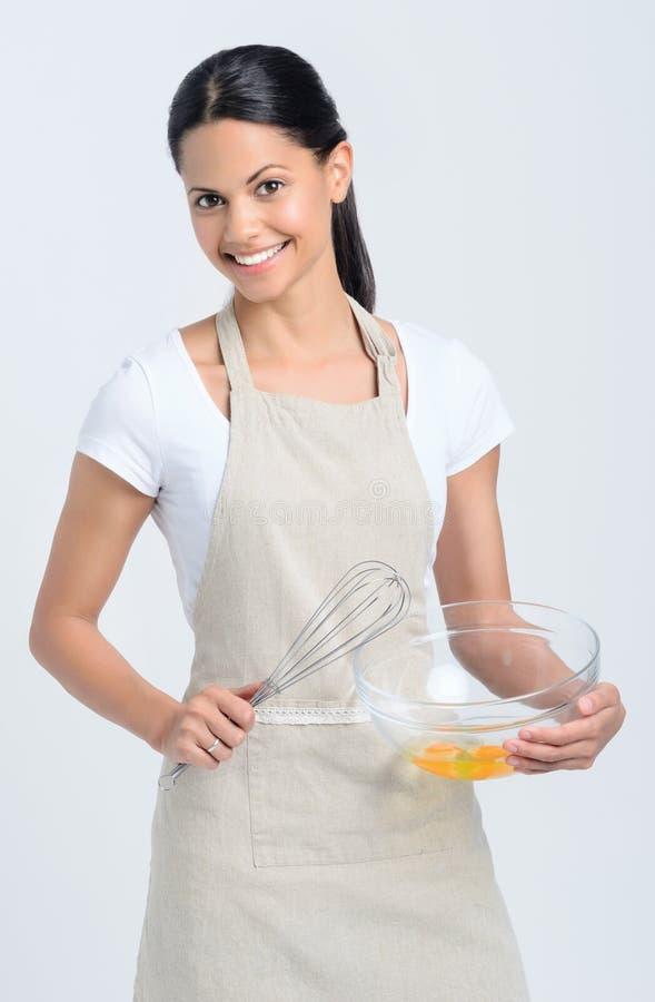 Mezcla femenina de la hornada que se sostiene en cuenco foto de archivo