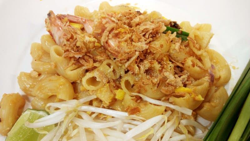 Mezcla italiana tailandesa de la comida de la fusión, macarrones sofritos con la salsa del tamarindo fotografía de archivo libre de regalías