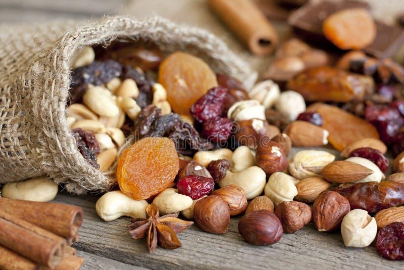 Mezcla Nuts y secada de las frutas imágenes de archivo libres de regalías
