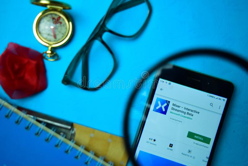Mezclador - app beta interactivo del revelador que fluye con magnificar en la pantalla de Smartphone imagen de archivo libre de regalías