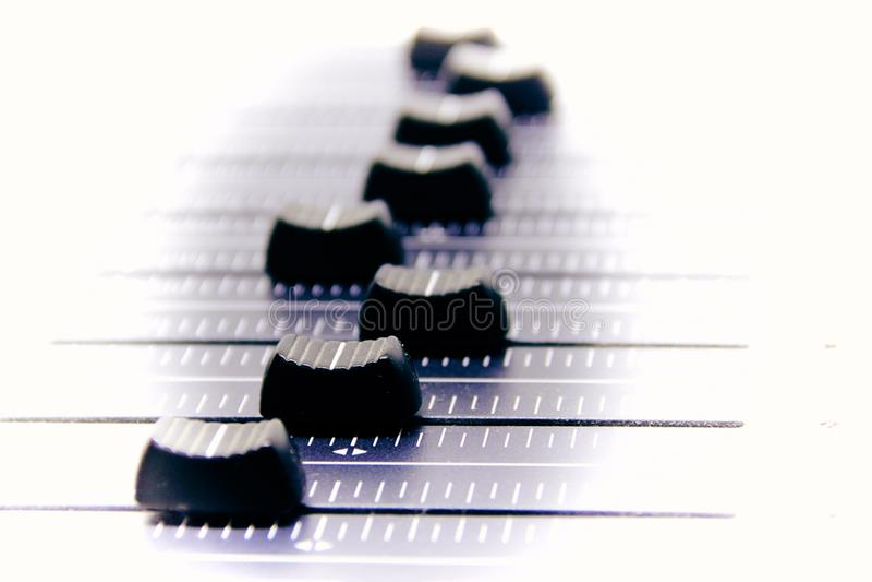 Mezclador audio, controles de mezcla y atenuador del escritorio, consola de mezcla de la música con los efectos degradados para l foto de archivo