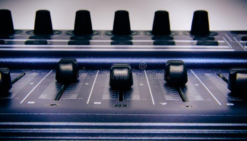 Mezclador audio, controles de mezcla y atenuador del escritorio, consola de mezcla de la m?sica con los efectos degradados para l imagenes de archivo