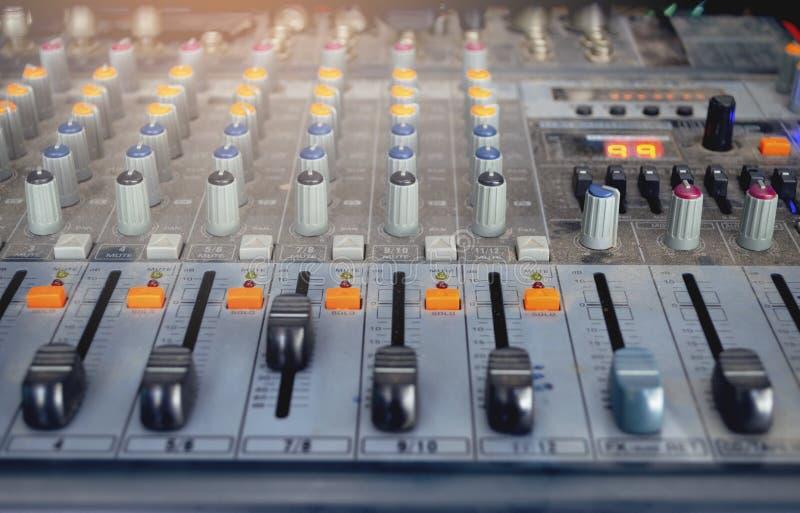 Mezclador audio DJ digital electrónico del control del tablero del estudio del equipo fotos de archivo libres de regalías