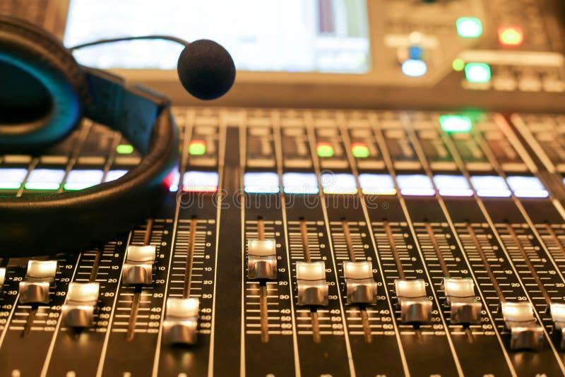 Mezclador audio profesional y auriculares profesionales en el Reco imagen de archivo