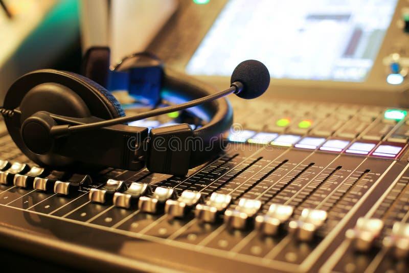Mezclador audio profesional y auriculares profesionales en el Reco imagen de archivo libre de regalías