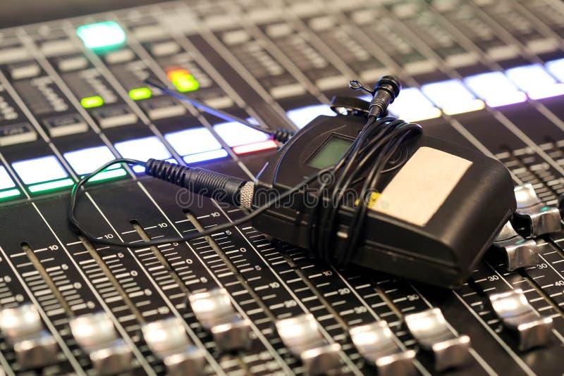 Mezclador audio profesional y auriculares profesionales en el Reco imagenes de archivo