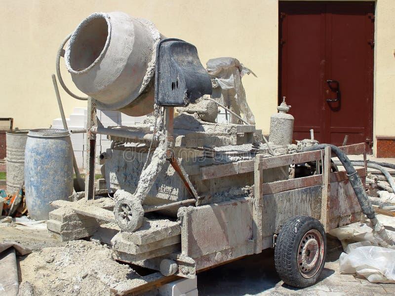 Mezclador concreto en condiciones de trabajo en, concreto por todas partes fotos de archivo libres de regalías