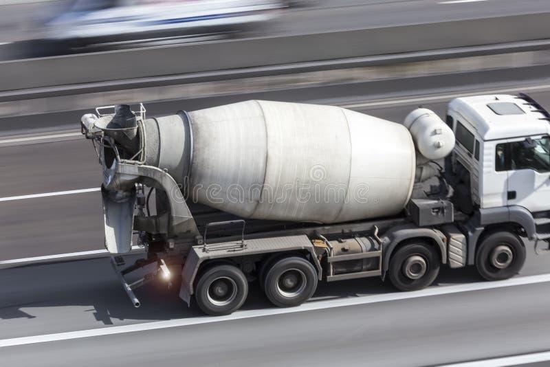 Mezclador de cemento en una carretera foto de archivo