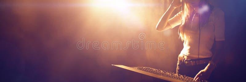 Mezclador de funcionamiento femenino de sonidos de DJ en club nocturno foto de archivo libre de regalías