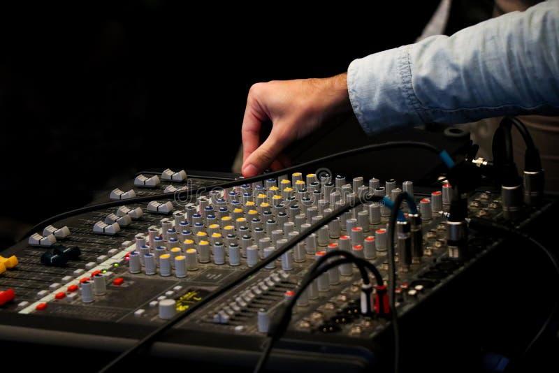 Mezclador de la mezcla y mano de DJ imagen de archivo libre de regalías