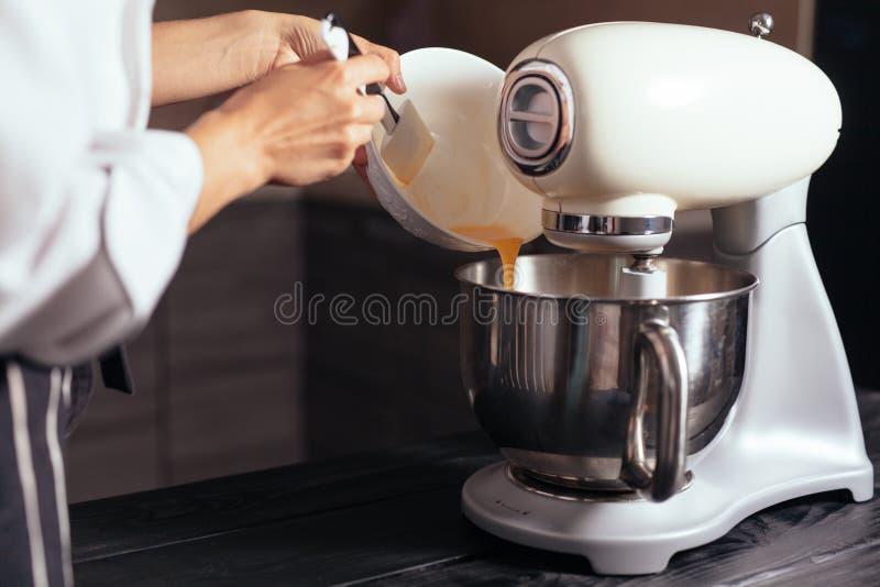 Mezclador de pasta para la torta foto de archivo