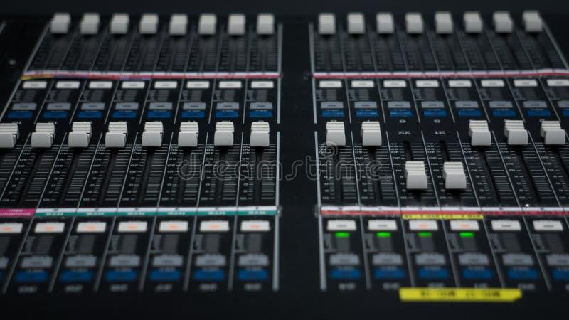 Mezclador de sonidos en sala de control de la TV fotos de archivo libres de regalías