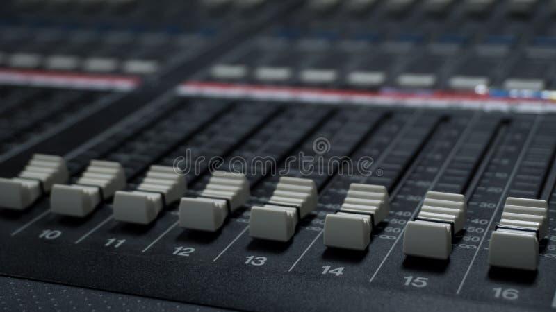 Mezclador de sonidos en sala de control de la TV fotografía de archivo