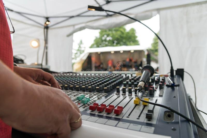 Mezclador en un festival de música del aire abierto, visión de sonidos sobre la mezcla fotos de archivo libres de regalías