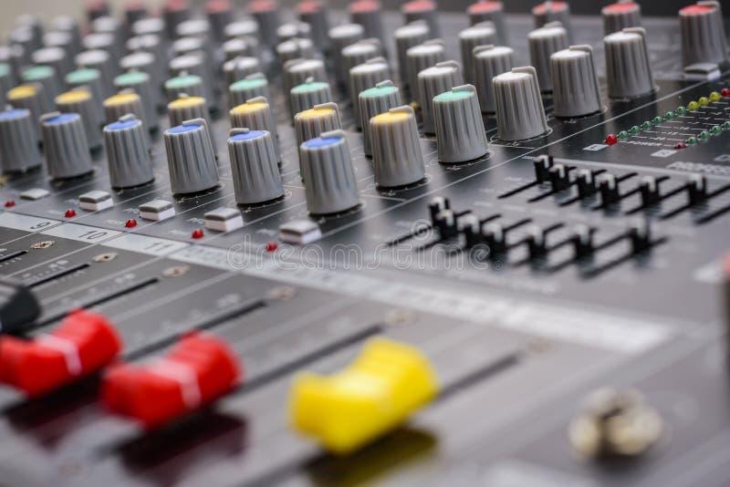 Mezclador para el control el sonido y la música foto de archivo