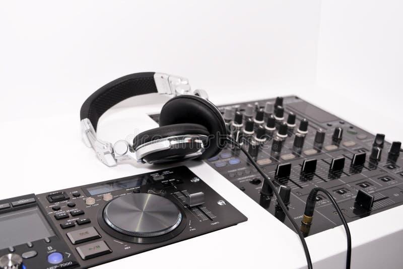 Mezclador y auriculares de DJ foto de archivo