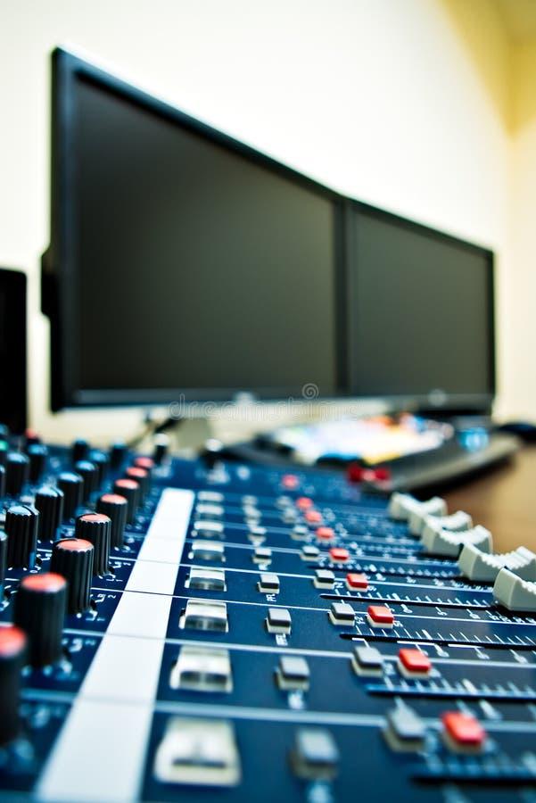 Mezclador y PC audios fotografía de archivo