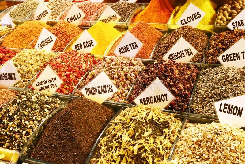 Mezclas para los tés de hierba, bazar magnífico de Estambul imagenes de archivo