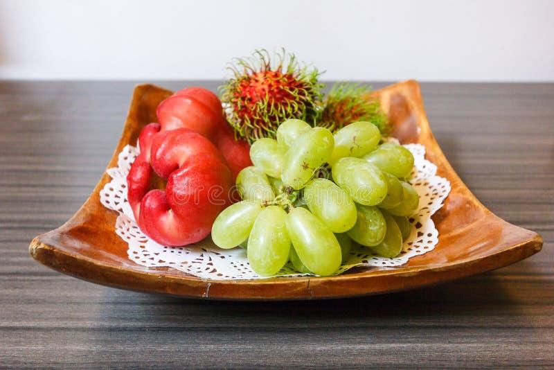 Mezcle la fruta tropical en la placa imagenes de archivo