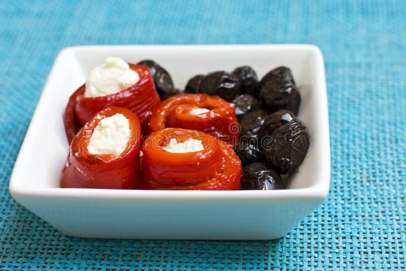 Meze con pimientas, queso Feta y aceitunas fotos de archivo