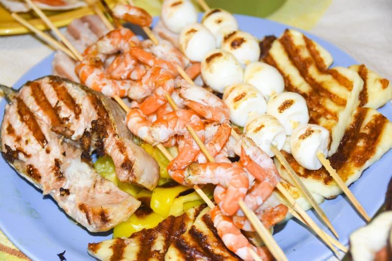 Meze que grego muitos peixes do camarão do marisco dos espetos dos molhos do alimento muss fotos de stock royalty free