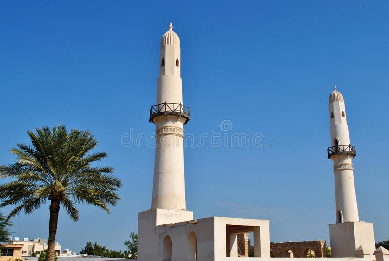 Mezquita Al Khamis en un bonito cielo azul claro, Bahréin imagen de archivo