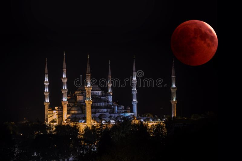 Mezquita azul de la luna de la sangre y del templo islámico histórico en la noche imagenes de archivo