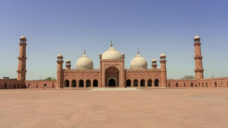 Mezquita de Badshahi debajo del cielo azul con, Lahore Paquistán fotos de archivo libres de regalías
