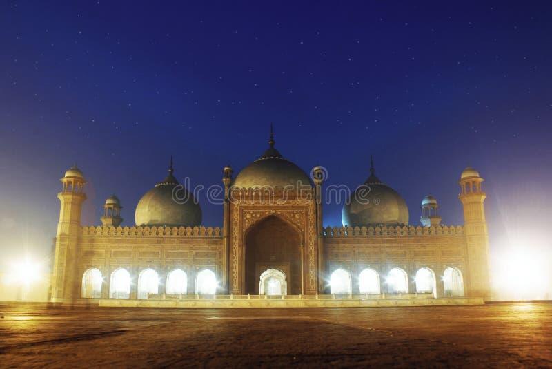 Mezquita de Badshahi en la noche Lahore Paquistán imagen de archivo