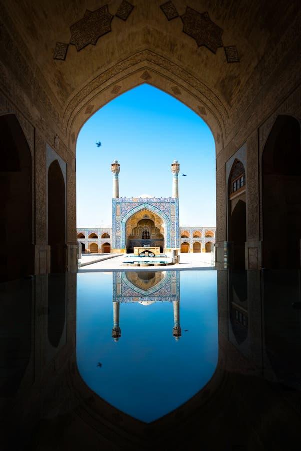 Mezquita de Emam con la reflexión isfahán irán fotos de archivo