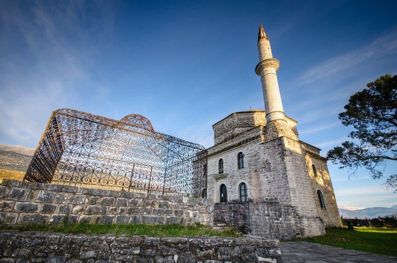 Mezquita de Fethiye con la tumba de Ali Pasha en el primero plano, y el museo bizantino, Ioannina fotografía de archivo libre de regalías