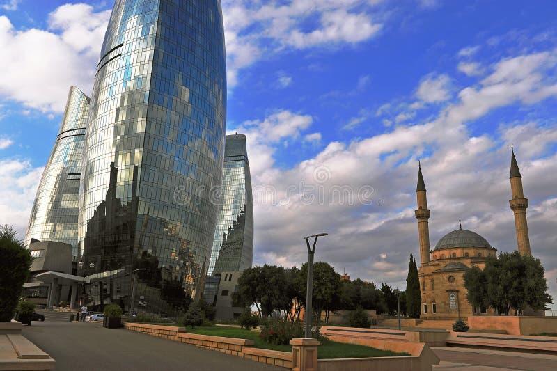 Mezquita de los mártires y torres de la llama en la ciudad de Baku fotos de archivo
