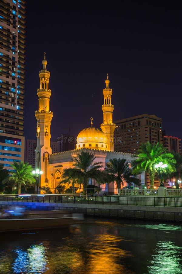 Mezquita de Noor del Al en Sharja en la noche foto de archivo