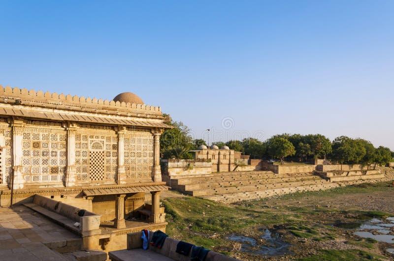 Mezquita de Sarkhej Roza en Ahmadabad, la India foto de archivo