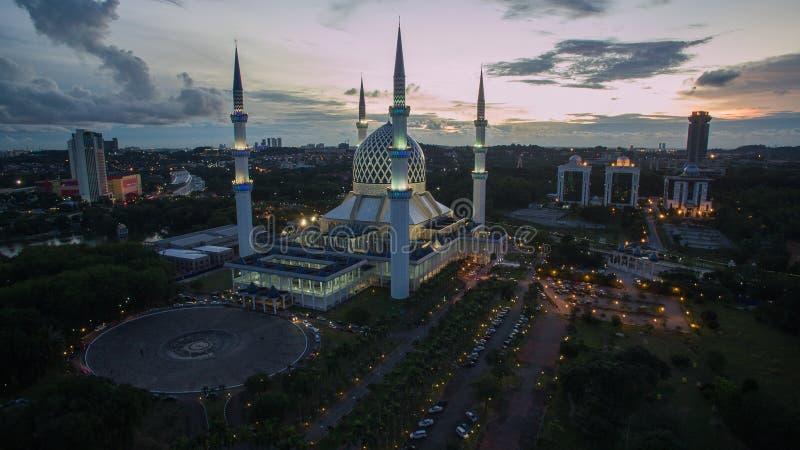 Mezquita de Sultan Salahuddin Abdul Aziz Shah, Shah Alam, Selangor, Malasia durante puesta del sol fotos de archivo
