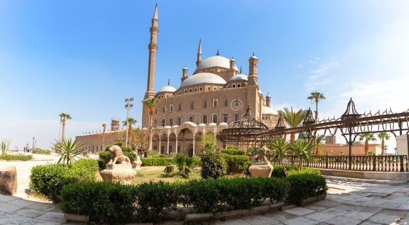 Mezquita del alabastro en El Cairo, opinión hermosa de la yarda foto de archivo libre de regalías