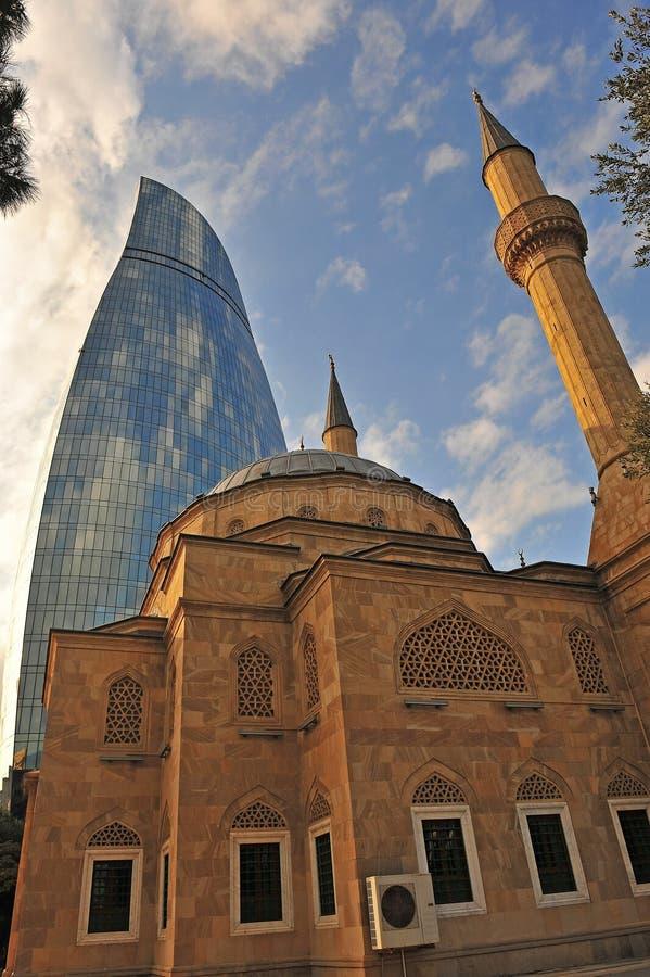 Mezquita del ` de los mártires y torres de la llama, Baku fotos de archivo