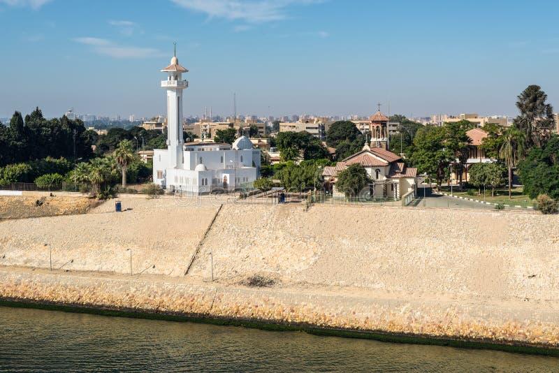 Mezquita del EL Shefaa e iglesia de Ajat en la ciudad de Ismailia, Egipto, África fotos de archivo