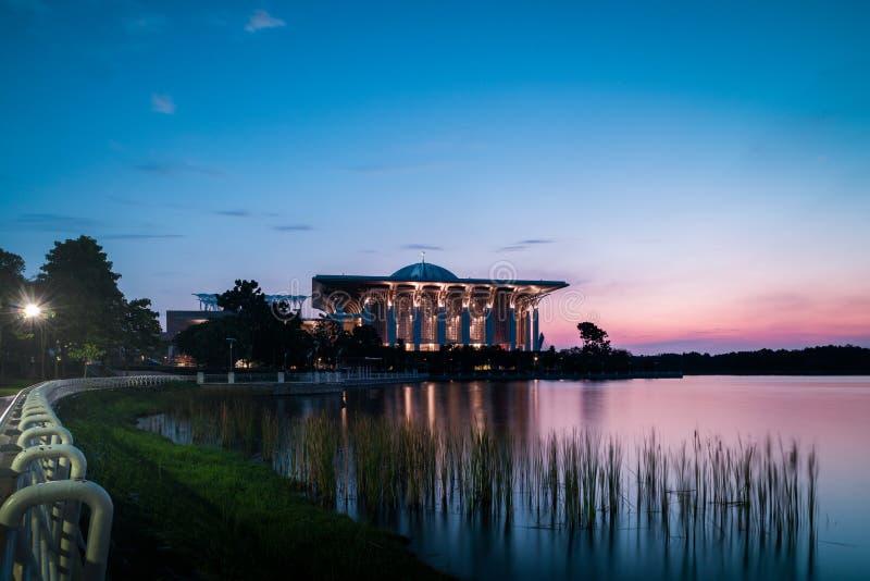 Mezquita del hierro en Putrajaya durante hora azul después de la puesta del sol imagenes de archivo
